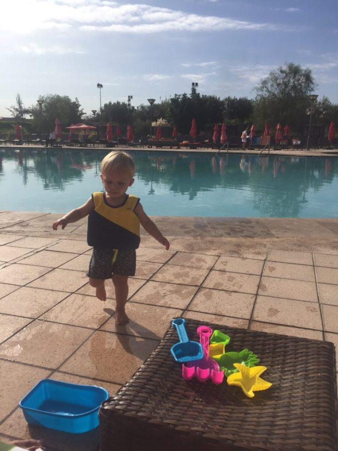 Spelen aan het zwembad bij Kenzi Club Agdal Medina kidsproof reizen naar Marokko
