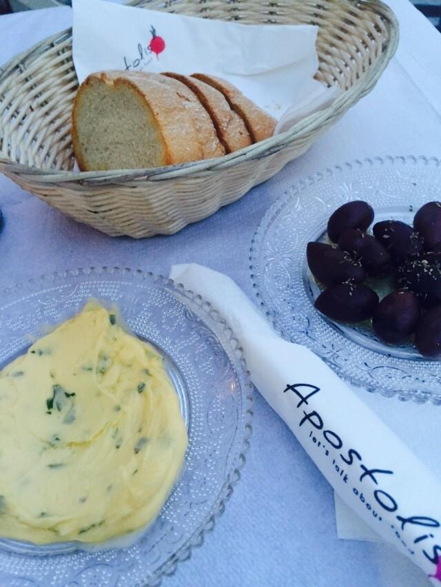 Brood met Griekse kruidenboter en olijven Restaurant Apostolis Naxos Chora Cycladen Griekenland