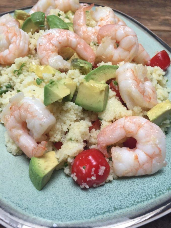 Couscous met knoflookgarnalen en avocado recept van Foodblog Foo