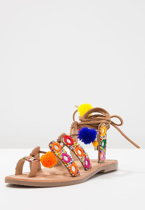 Griekse sandalen met pompons en spiegeltjes Dress to Impress Foodinista