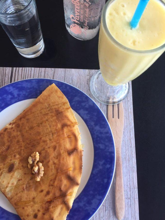 Verse ananassap met crepe met griekse honing bij Rendez Vous Café Naxos Chora Cycladen Griekenland Foodblog Foodinista