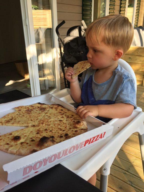 Pizza eten volgens de peuter bij de Roan caravan reistips Foodinista in Italië