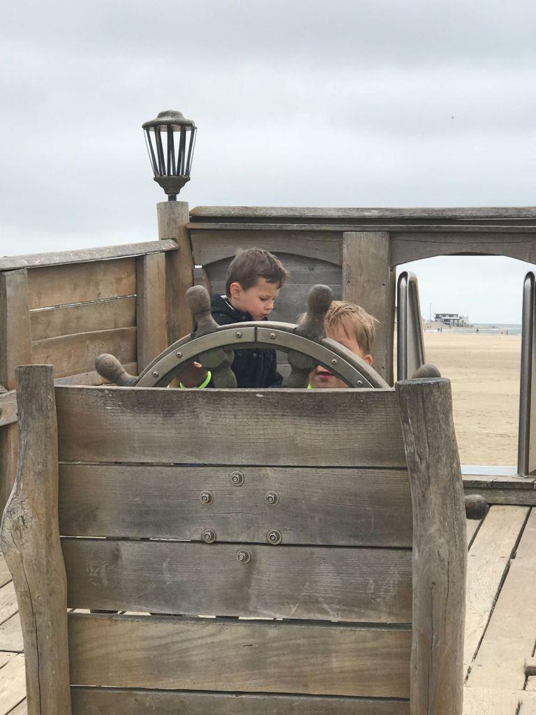 Piratenschip op het strand bij Beachclub Lekker