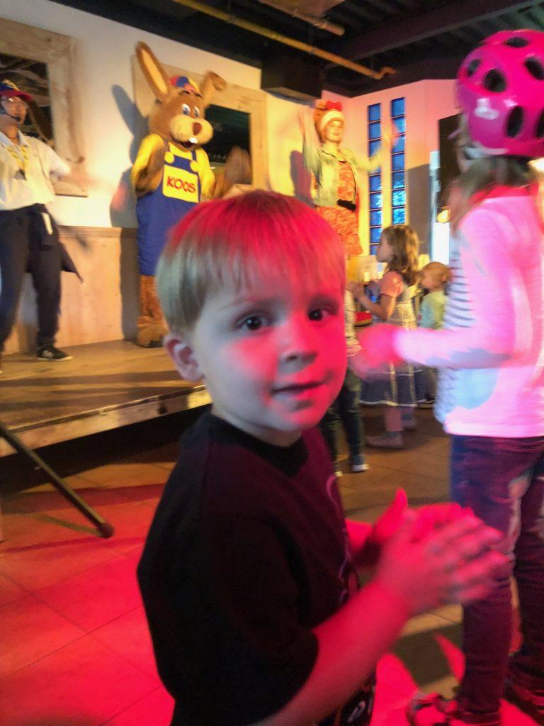 Dansen bij de minidisco met Koos Konijn bij De Roompot