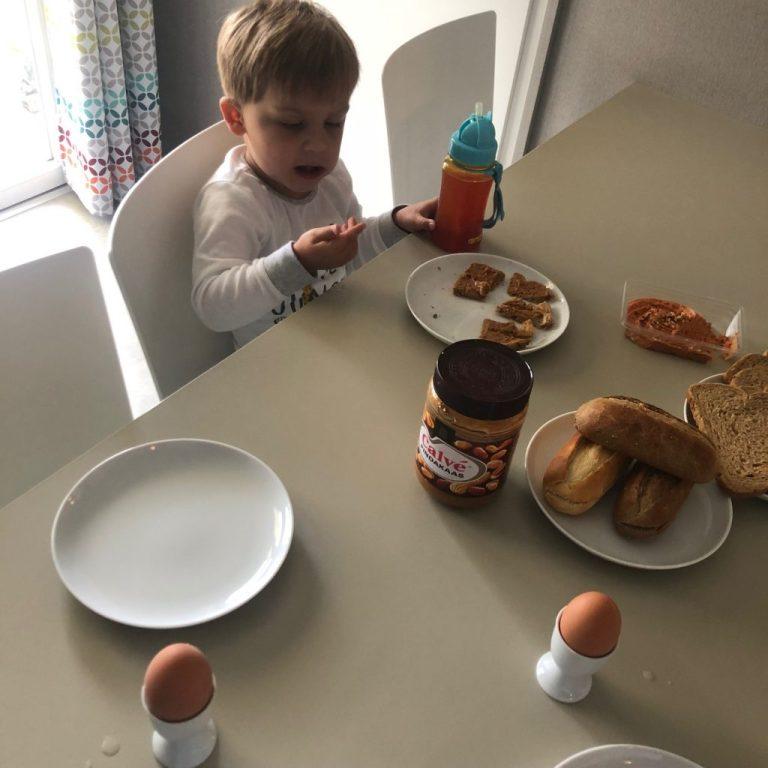 Ontbijten in de Eurocamp Azure caravan in Kamperland Zeeland Roompot Foodinista reizen met kinderen