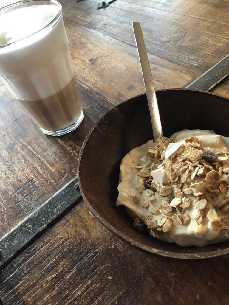 NewFysic Ontbijtje met optimel kwark koffie met Zonnatura ontbijt granen en latte met gestoomde magere melk Foodblog Foodinista