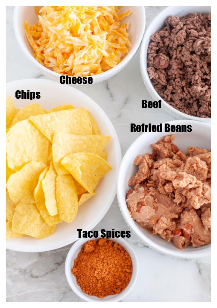 Bir kase cips, peynir, fasulye, sığır eti ve baharat.