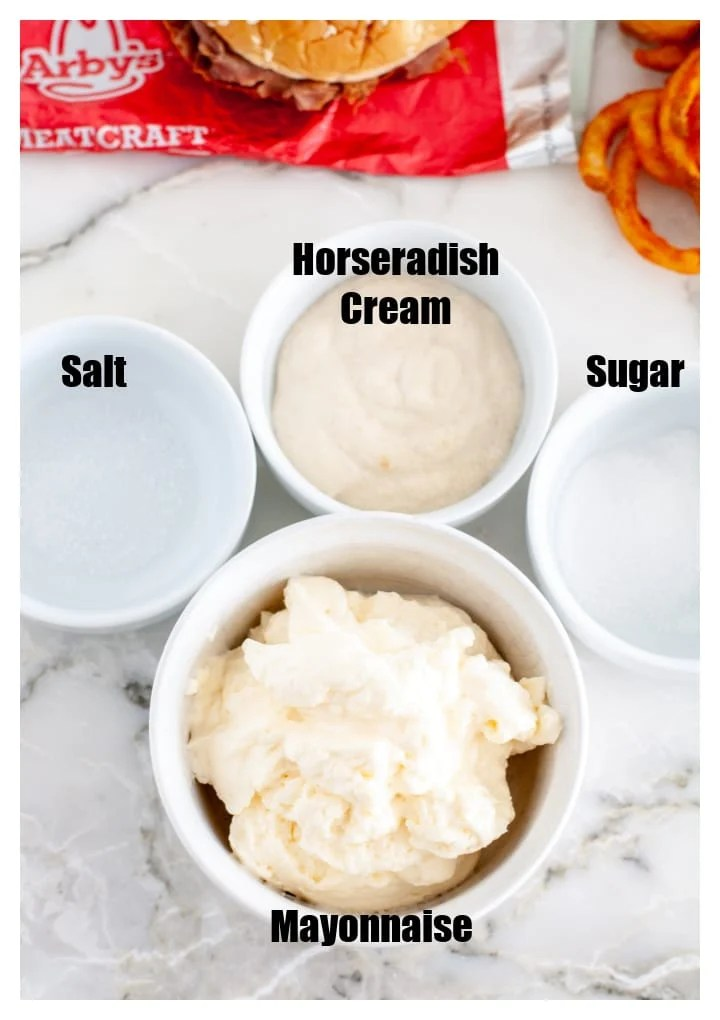 Bir kase mayonez, tuz, şeker ve yaban turpu.