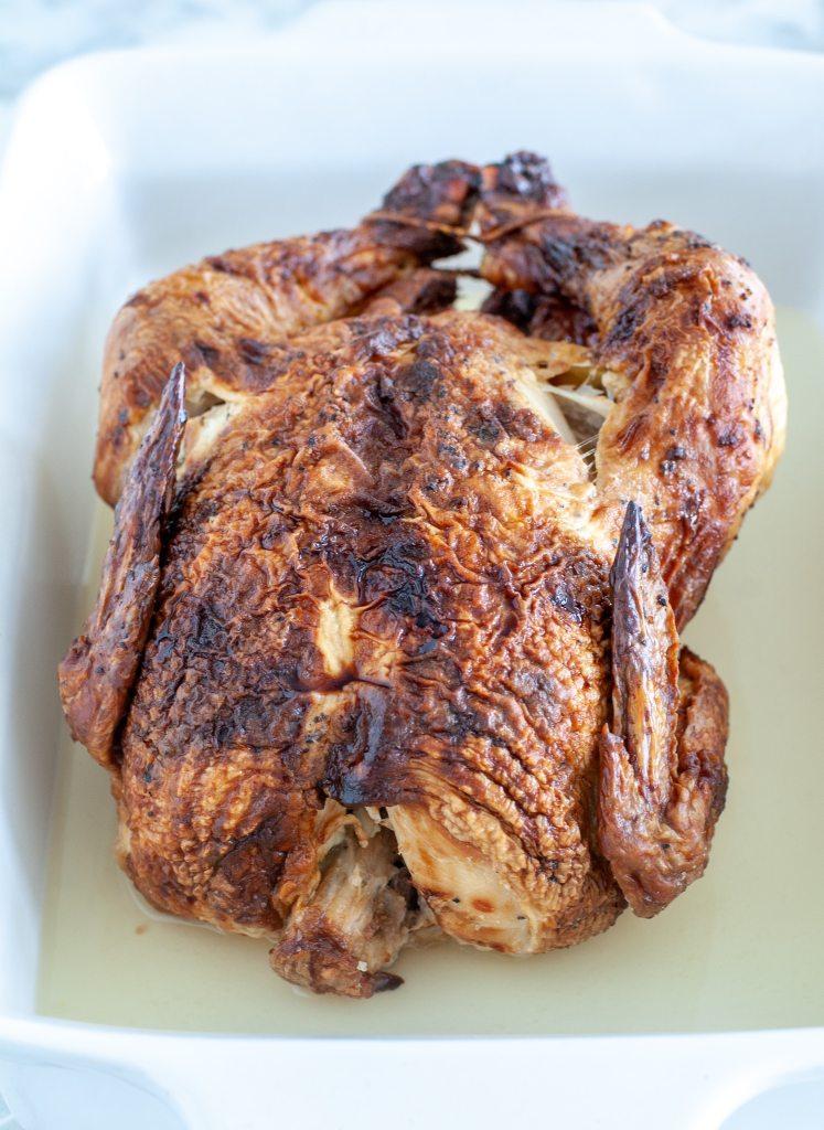 Pişirme kabında bütün tavuk.