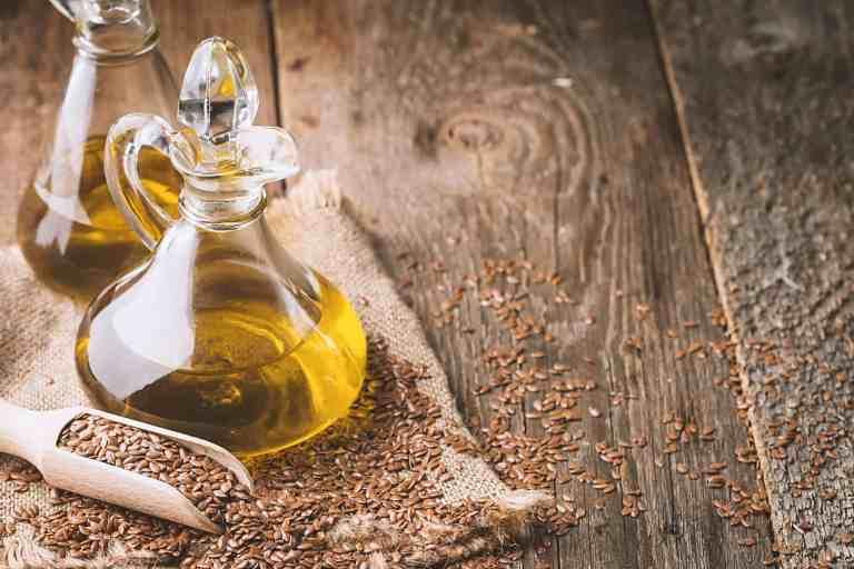 Leinöl und Samen auf Holztisch
