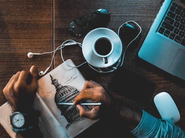 Kaffee auf dem Schreibtisch