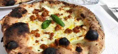 la Diavola di Onda Verde: Pomodoro, mozzarella di bufala DOP olio piccante pasta di salsiccia, basilico.
