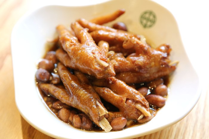tim-ho-wan_steamed_braised-chicken-feet-with-abalone-sauce_01_03_web