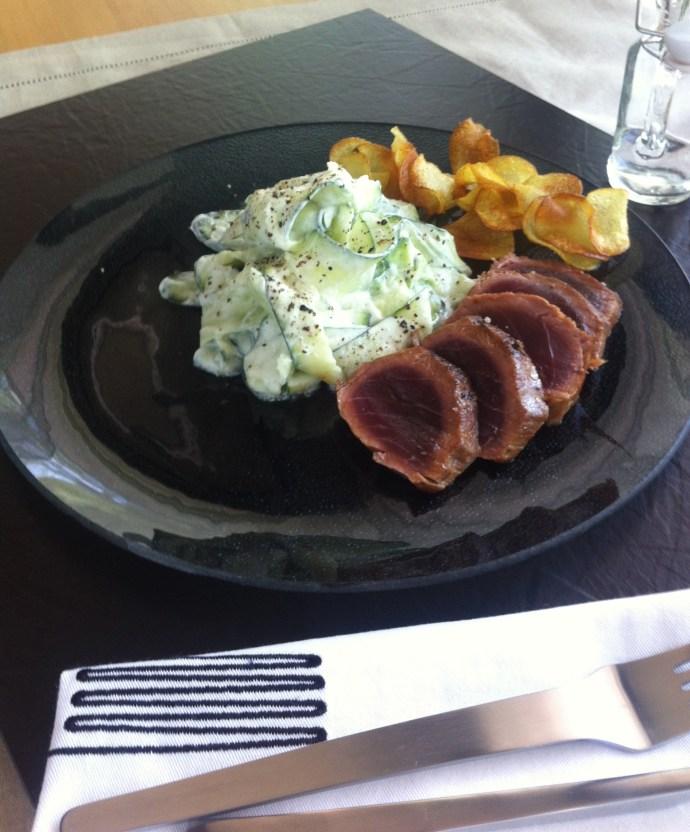 Gegrillter und marinierter Thunfisch mit Gurkensalat und Kartoffelchips