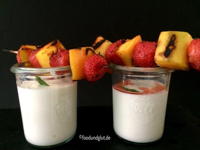Gegrillte Erdbeer-Mango-Spieße mit griechischem Joghurt