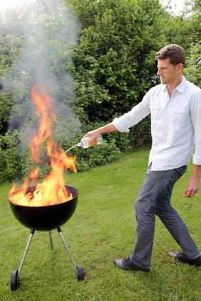 Beim Anzünden des Grills darf auf keinen Fall Spiritus oder gar Benzin die Kohlen geschüttet werden. © RioPatuca Images - Fotolia.com