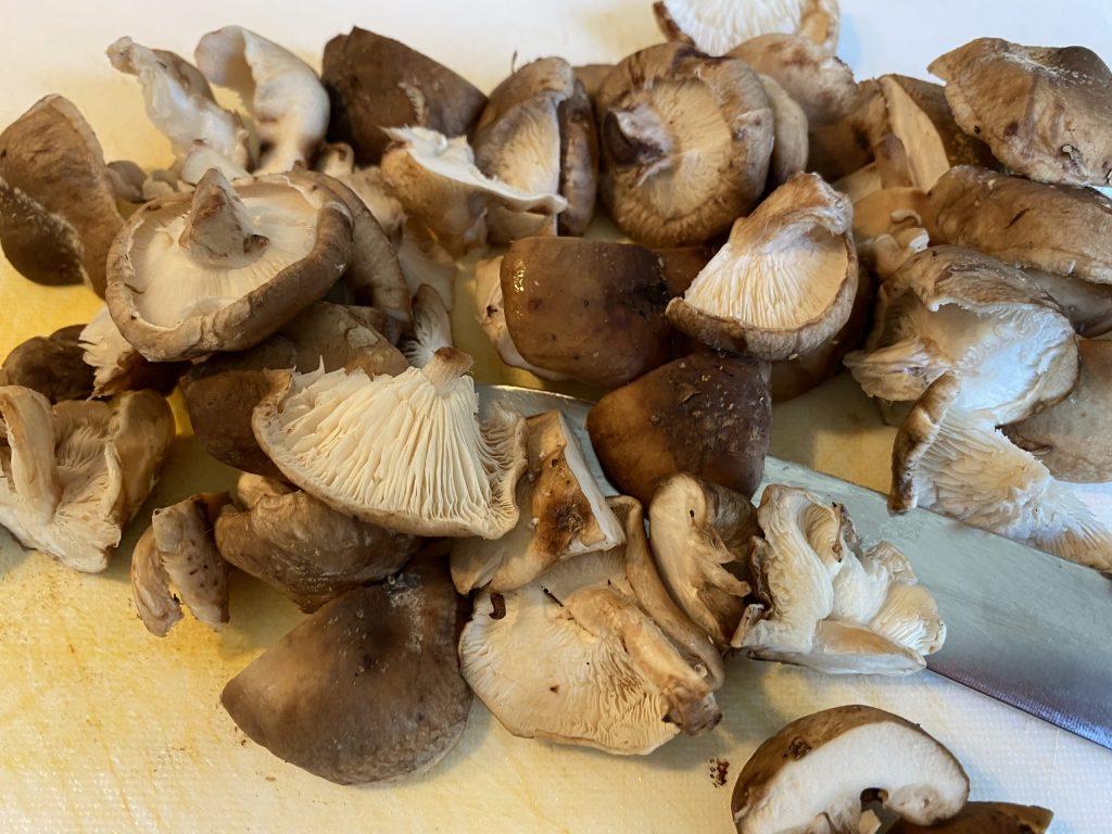 Schitake-Pilze in Scheiben schneiden