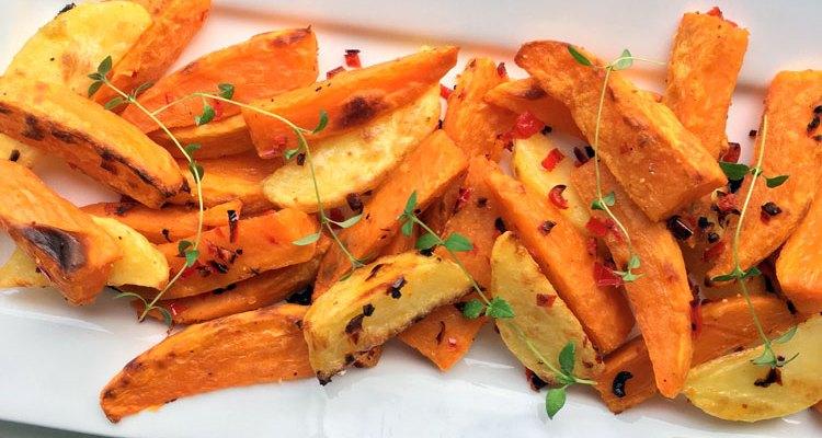 Zoete aardappel friet met rode peper en tijm