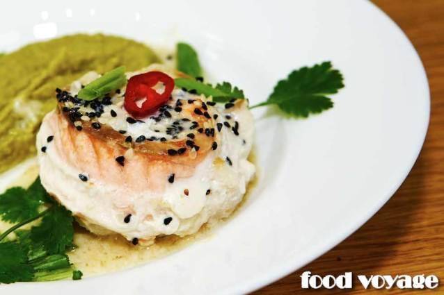 Рыбная розочка с имбирным пюре из гороха
