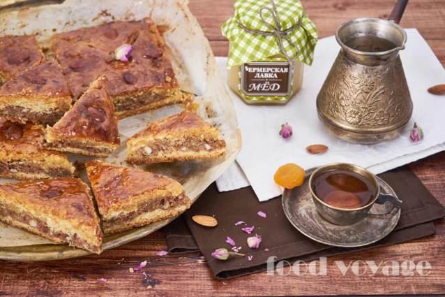 Пахлава с орехами и сухофруктами, пропитанная медово-розовым сиропом