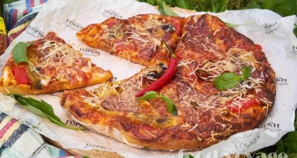 Домашняя Пицца с сервелатом, грибами, перцем, помидорами и сыром моцарелла