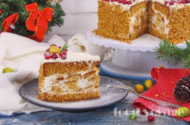 Медовый торт с клюквой и сметанным кремом