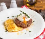 Бифштекс  рубленный из мраморной говядины,  с яйцом Пашот и картофельным гратеном