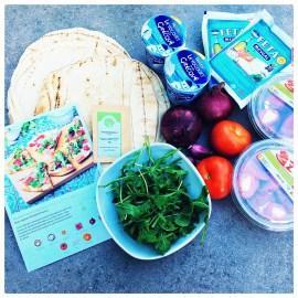 Mediterrane Fladenbrotpizza mit Feta und Tomaten