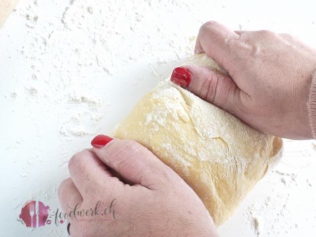 Zwei Hände kneten den Teig für die Fasnachtschüechli