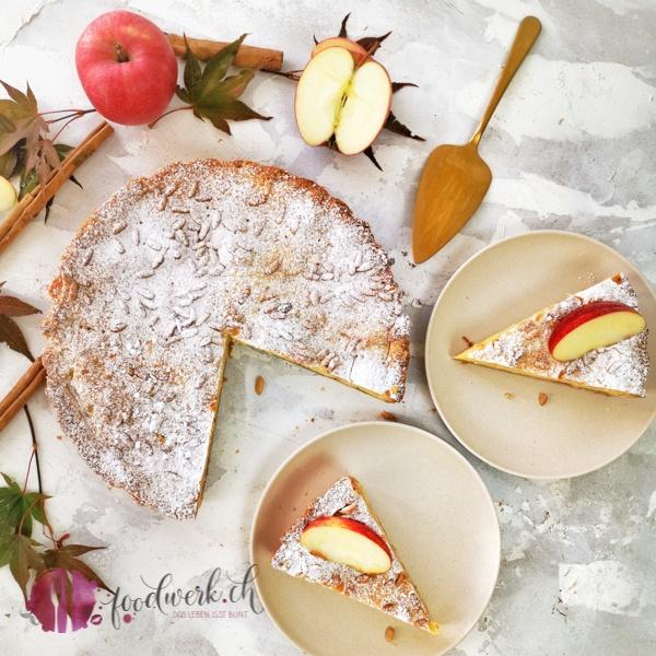 Torte della Nonna mit Apfel und Pinienkernen aufgeschnitten auf einem Teller von oben fotografiert