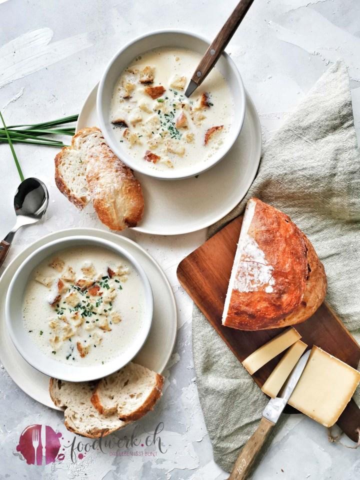 Kappeler Milchsuppe auf zwei Tellern mit Brot und Käse