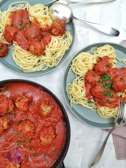 Vegane Polpette aus Haferflocken mit Tomatensauce und Pasta