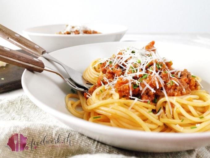 Spaghetti Sbrinzeregg im Teller. Am liebsten möchte ich direkt die Gabel packen und mir eine Portion der Spaghetti gönnen