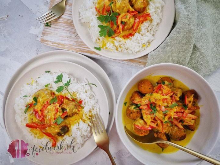 Currysauce im Basmatireisring mit veganen Linsenbällchen