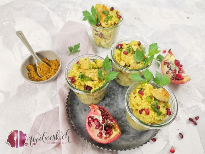 Curry Reissalat mit Granatapfelkernen im Glas, ideal zum Picknick