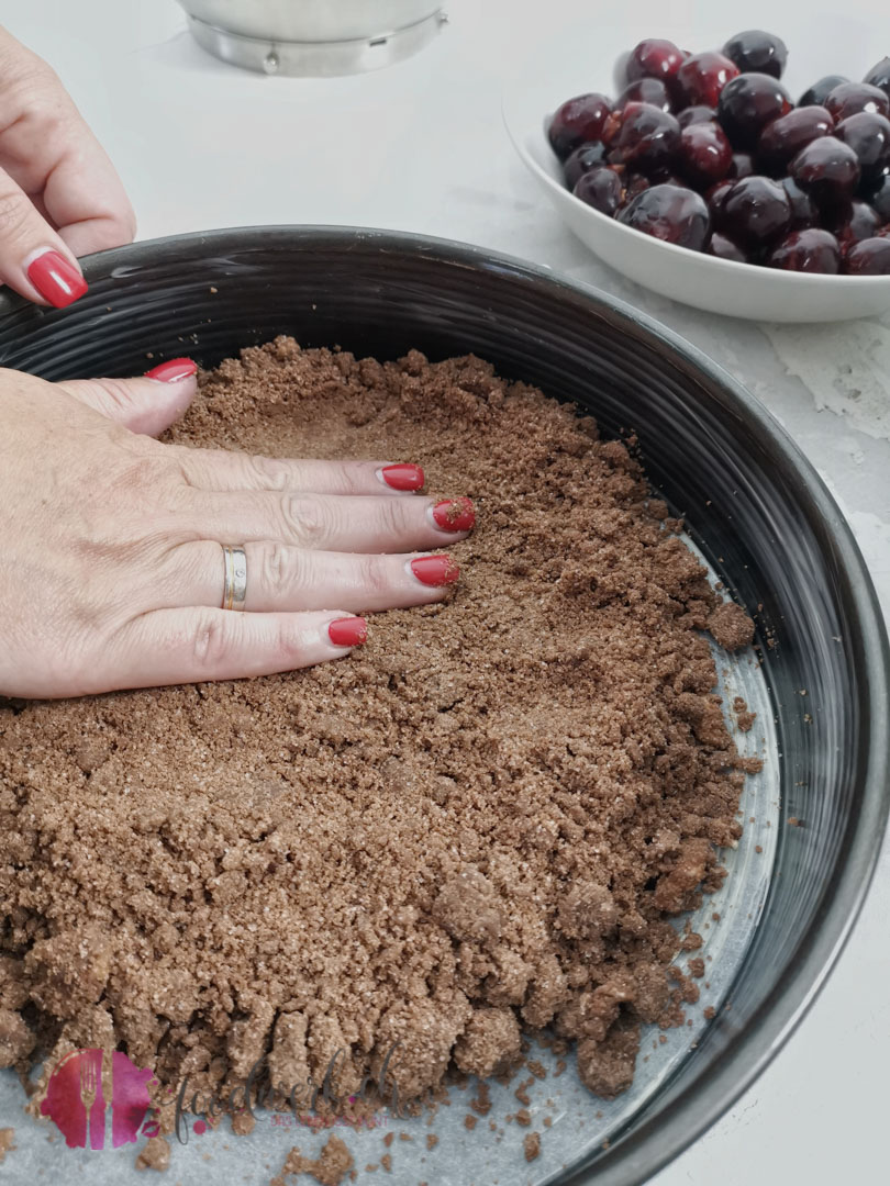Boden für den Kirschenkuchen festdrücken