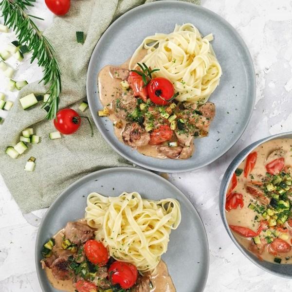 Zwei Teller mit Nudeln mit Truten Ragout und Gartengemüse
