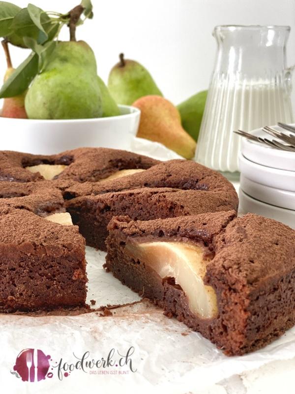 Ein Stück Schokoladenkuchen mit Birnen