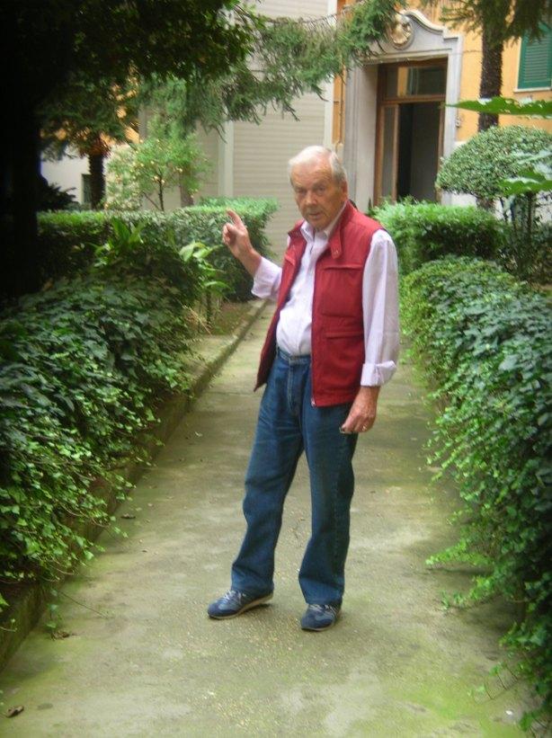 foto n.19 Vito Annicchiarico nel cortile di via Montecuccoli