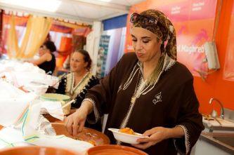 """Roma, 19 set. (askanews) - Si apre domani, a San Vito lo Capo, la 22esima edizione del Cous Cous Fest, il Festival internazionale dell'integrazione culturale, coprodotto dall'agenzia di comunicazione Feedback in collaborazione con il Comune di San Vito Lo Capo, che animerà la cittadina fino al 29 settembre con degustazioni, sfide di cucina, cooking show, concerti e spettacoli all'insegna dello slogan """"Make cous cous not walls"""". Il cous cous, piatto semplice e povero nato tra le dune del Maghreb, torna ad essere il simbolo dello scambio e del dialogo tra i popoli mediterranei, pretesto per mettere insieme religioni, culture e tradizioni diverse attraverso il cibo. Quest'anno saranno sette i paesi partecipanti al Campionato del mondo di cous cous, Israele, Italia, Marocco, Palestina, Senegal, Stati Uniti e Tunisia cui si aggiunge un team sotto la """"bandiera"""" dell'Unhcr, l''Alto Commissariato delle Nazioni Unite per i Rifugiati. """"Il Cous Cous Fest è un appuntamento internazionale, dalla tradizione ultra ventennale, l'evento di punta del territorio che porta alto il nome di San Vito Lo Capo nel mondo. La nostra cittadina – ha detto Giuseppe Peraino, sindaco di San Vito Lo Capo – tornerà ad ospitare chef internazionali, grandi ospiti e artisti per una festa all'insegna del gusto, del divertimento e del confronto tra culture. Forte, anche, l'attenzione mediatica: quest'anno ci saranno due dirette tv in canali nazionali italiani e arriveranno due troupe francesi, canale M 6, la seconda rete privata più vista in Francia e il canale nazionale francese France Télévisions, ma anche due produzioni canadesi interessate a riprendere le fasi più salienti del Campionato del mondo di cous cous, cuore dell'evento""""."""