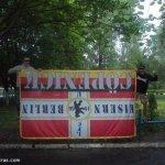 hooligans russi con trofeo bandiera tedesca