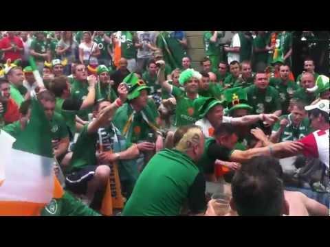 Sulla musica di Go West, gli irlandesi si tolgono le scarpe