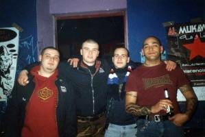 Sampdoria: skinhead con sciarpa blucerchiata