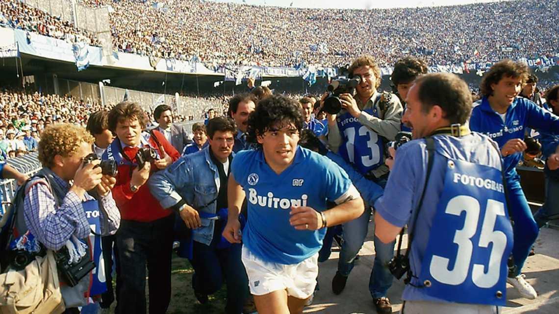 Maradona il mito raccontato a chi ama Diego senza averlo vissuto