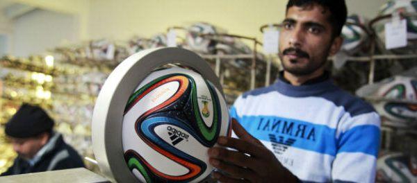 footballfrance-cache-dans-ballon-match-d-ouverture-mondial-bresil-illustration
