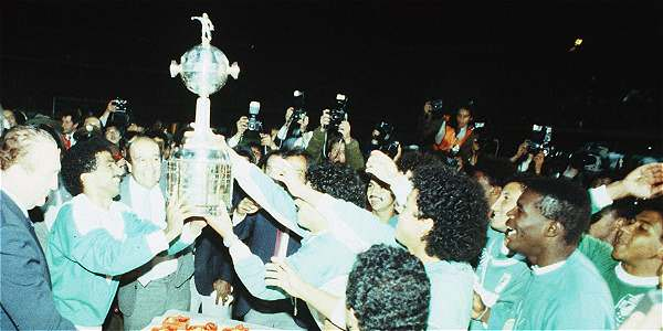 Atletico Nacional with the Copa Libertadores trophy in 1989
