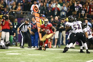 Head linesman Steve Stelljes watches as 49ers tight end runs after a completion. (Steve Sanders/NFL)
