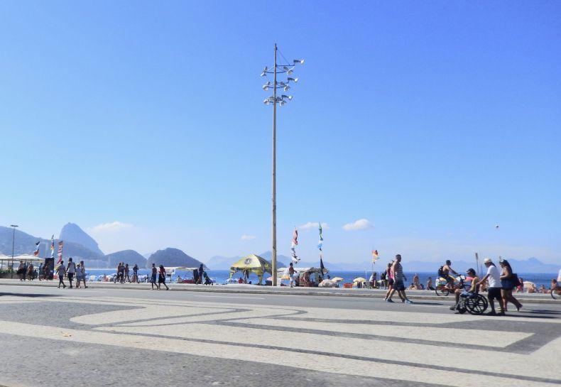 A praia de Copacabana com Pão de Açúcar nos fundos.