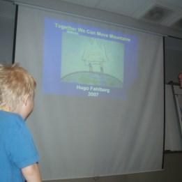 Hugo lyssnar på Dr Kaplans föreläsning