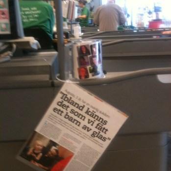 Insamlingsbössa på Coop Konsum Stenhamra Färingsö med reportag om Augusta i tidningen Vi Föräldrar (juli-11)